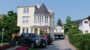 Nice house (small car)